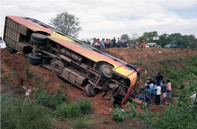 रांची जिले में अनियंत्रित यात्री बस 15 फीट गहरी खाई में गिरी, एक की मौत 12 अन्य घायल