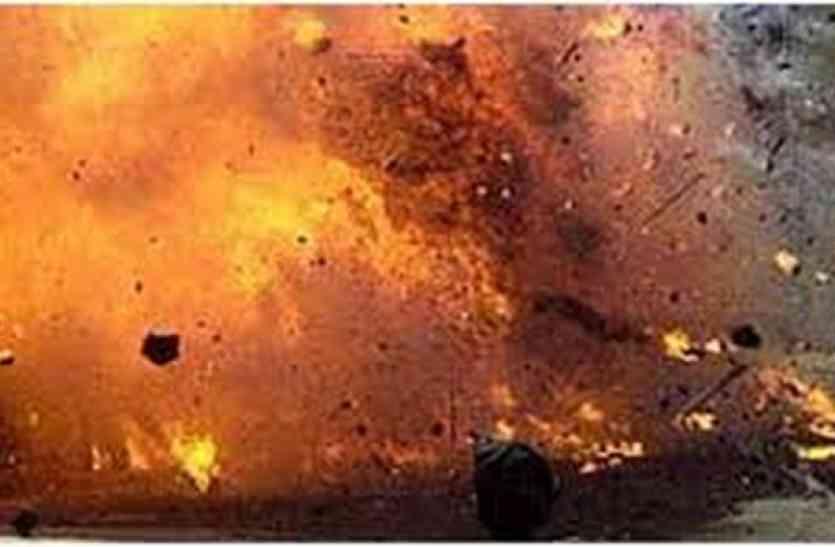 बम विस्फोट में घर के परखच्चे उड़े, एक जना घायल