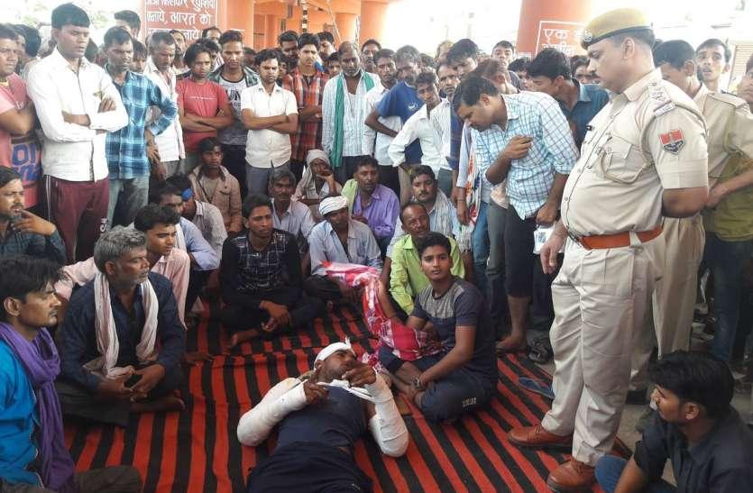 व्यापारी पर हमले के विरोध में भडक़े लोग, बाजार रखा बंद किया प्रदर्शन