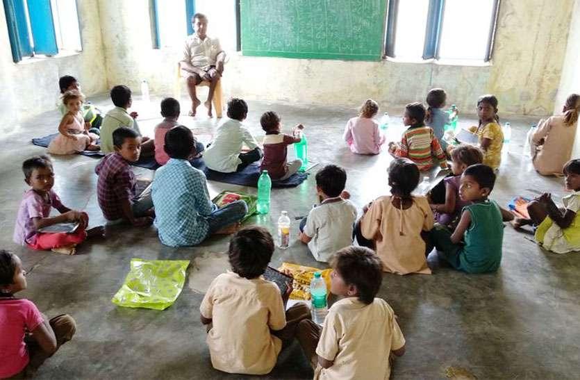 एक साल से पंचायत सहायक के भरोसे प्राथमिक विद्यालय