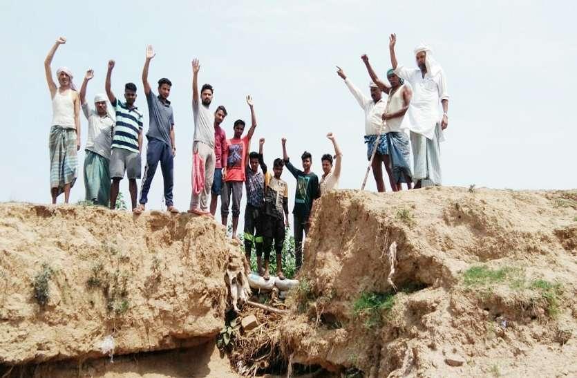 यूपी के चंदौली में गुस्साए किसानों का प्रदर्शन, अधिकारी मौन