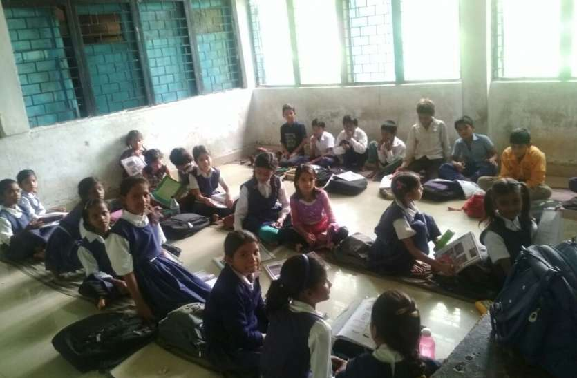जर्जर हो चुके स्कूल के 10 कमरों में लग रहीं 12 वीं तक की कक्षाएं