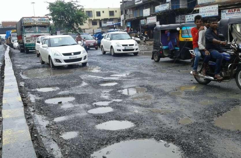भारी बारिश से सड़कों पर गड्ढ़ों की भरमार