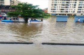 तस्वीरों में देखे:माया नगरी की चमक को कैसे फीका कर रही है बारिश...