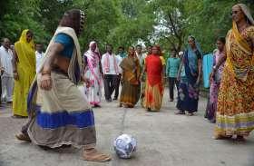 क्या आपने देखी MP के सीएम के फोटो से बनी ये फुटबॉल, जिसे महिला लगा रही है 'किक'