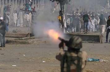 कश्मीर घाटीः सुरक्षाबलों से भिड़ंत में घायल हुए 20 नागरिक और 2 जवान, दो आतंकी ढेर