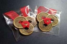 इस तरह से लगाएंगे लाल रिबन वाले ये सिक्के तो घर में आएगी पैसों की बहार