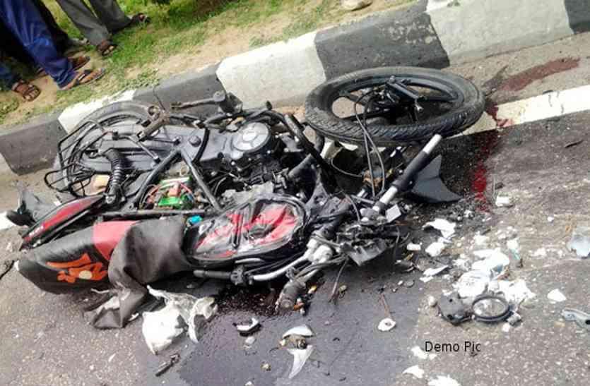 मोबाइल पर बात कर रहे युवक ने सड़क दुर्घटना में गंवाई जान