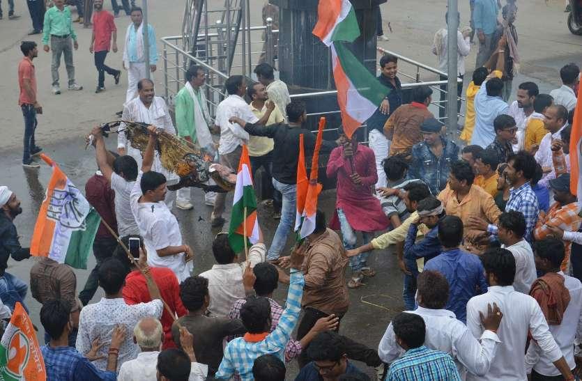सीएसपी से अभद्रता, पुलिस ने बरसाई लाठियां, नाली में गिरे पार्षद