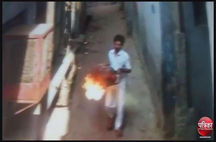 यूपी के इलाहाबाद में एक शख्स ने सिलेंडर में आग लगाकर सरेआम महिला को दौड़ाया, देखें वीडियो