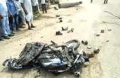 डम्पर की टक्कर से बाइक चकनाचूर, एक की मौत, गुस्साए लोगों ने फेंके पत्थर, घरों में शरण ले पुलिस ने बचाई जान