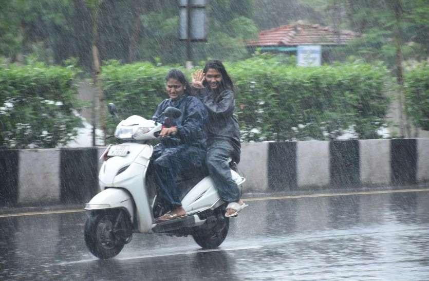 झमाझम बारिश हो रही पावस की ऋतु आई