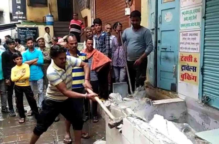 मंदिर मंडल ने किराएदारों के अवैध कब्जे हटाए, 27  लाख जमा करवाने का नोटिस