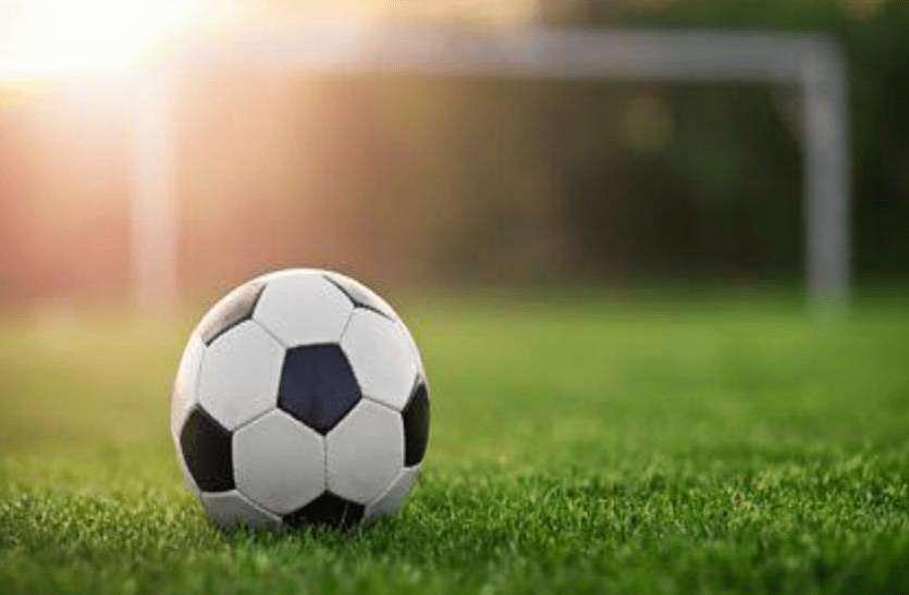 FIFA वर्ल्ड कप का खुमार, इस शहर के डीएम ने बांट दी निशुल्क फुटबाल, युवाओं को खेल के प्रति किया जागरूक