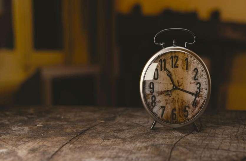गलत दिशा में लगाई गई घड़ी घर में पैदा कर सकती है खतरा, बन सकती है अकाल मृत्यु का कारण