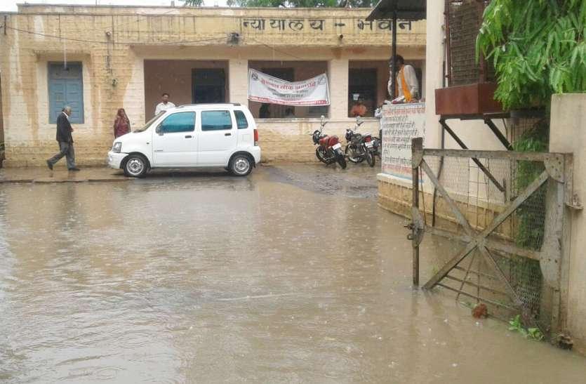 पुलिया टूटी तो घरों में तीन-तीन फीट भर गया पानी, बह गया सैकड़ों बीघा का सोयाबीन