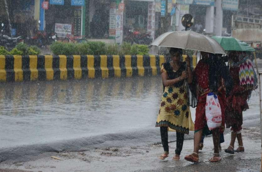 Photo Gallery : दोपहर होते ही आसमान में छाए काले बादल, फिर तेज बारिश ने शहर को किया तरबतर