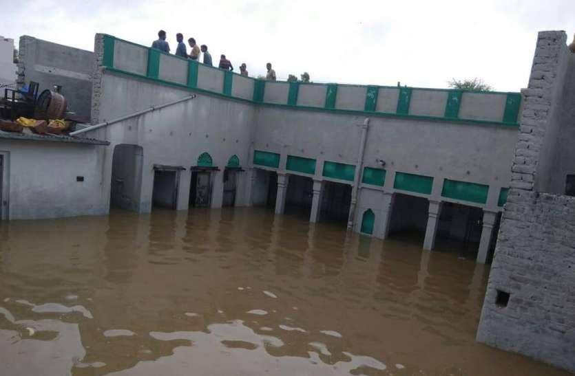 HEAVY RAIN चूरू में मुम्बई पार्ट -2 : कई मकान डूबे, लोगों ने छत पर चढ़कर बचाई जान, इन रास्तों ना करें सफर