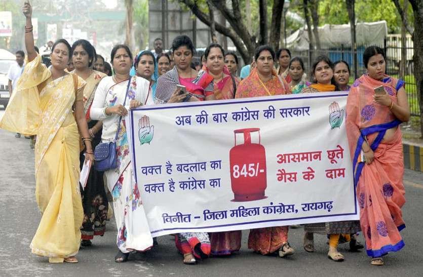 Photo Gallery : बढ़ते गैस कीमतों के विरोध में महिला कांग्रेसियों ने किया प्रदर्शन, फोटो में देखिए...