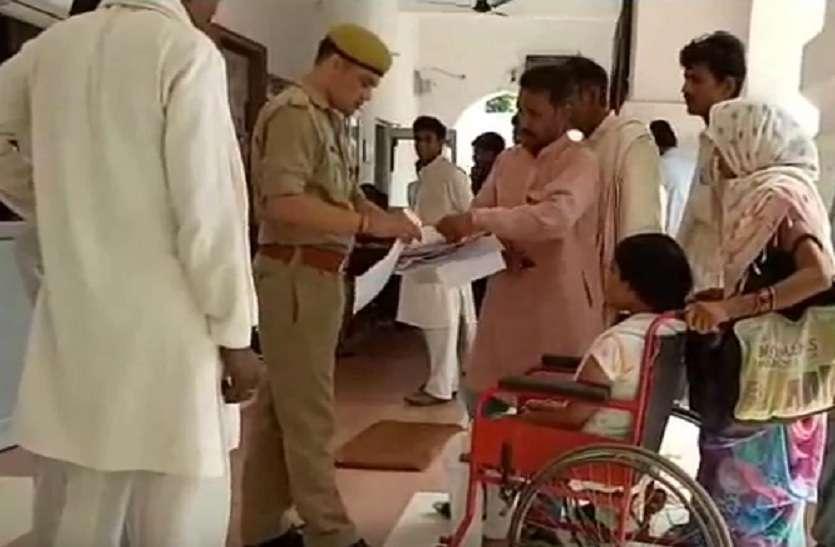 विकलांग लड़की को भाई ने घर से निकाला, तो पुलिस से लगाई न्याय की गुहार