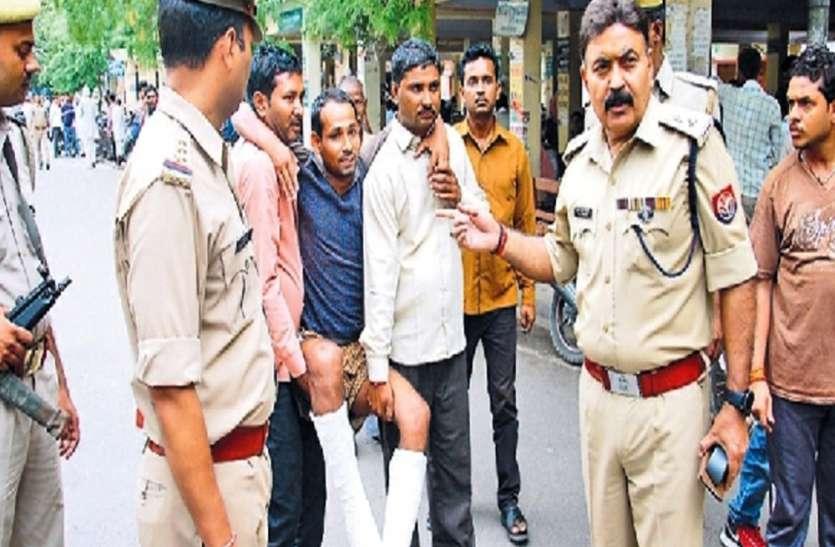 पुलिस ने छापेमारी के दौरान छत से फेंका युवक, दोनों पैर टूटे