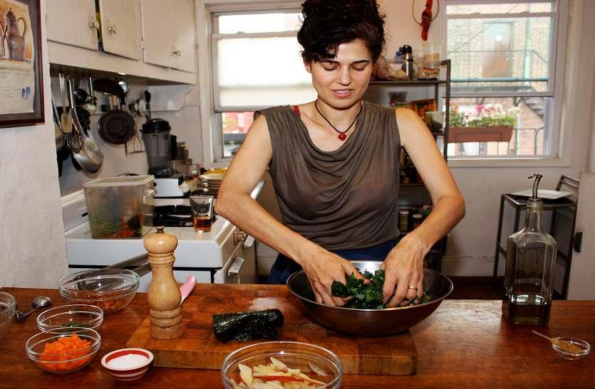 अगर आपके किचन से भी आती है कुकिंग स्मैल तो जरूर अपनाएं ये 4 टिप्स