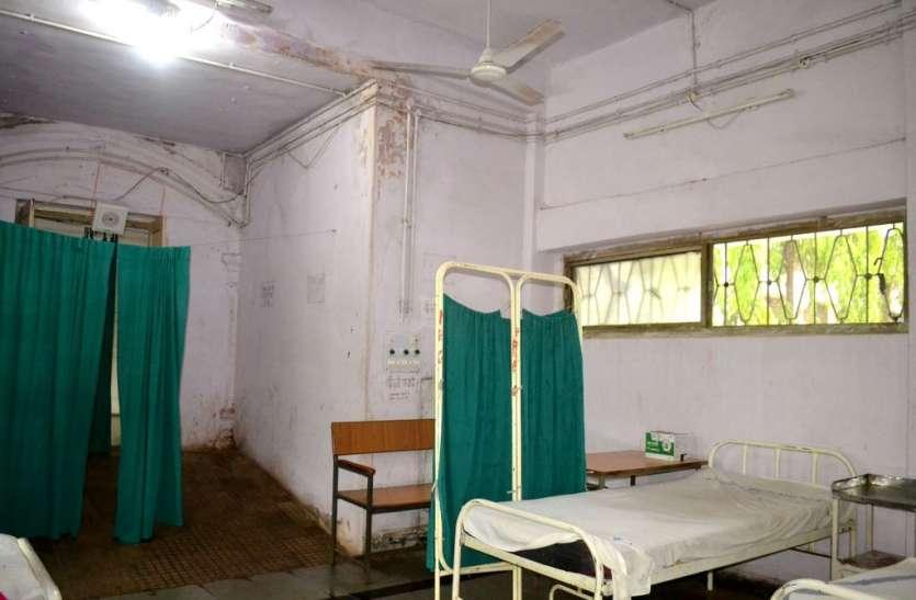 जिला अस्पताल में भर्ती मरीज बारिश के पानी से होते परेशान
