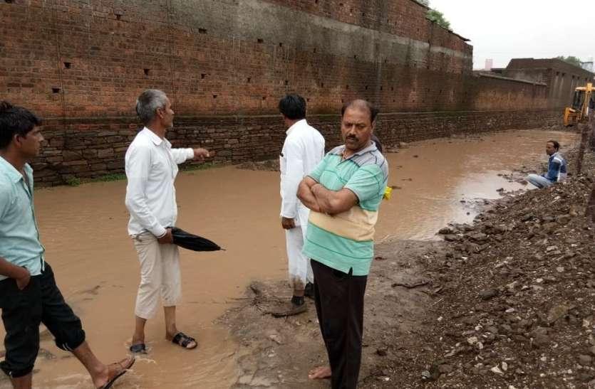 7 माह में भी नहीं बना मनरेगा रोड़, किसानों के खेतों में घुसा पानी