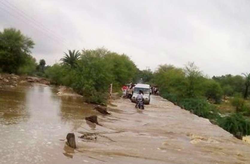 राजस्थान में जमकर बरस रहे मानसूनी बादल, यहां हुई मूसलाधार, तो यहां स्कूल हुआ जलमग्न, दुकानों में भरा पानी