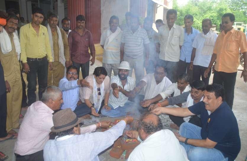 मध्य प्रदेश सरकार की सद्बुद्धि के लिए कर्मचारी कर रहे हवन, जानें क्यों हैं नाराज