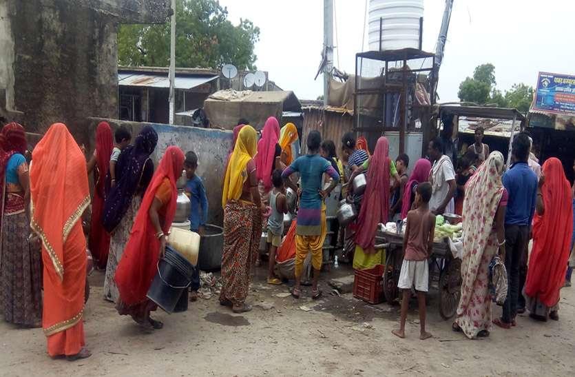 लोगों को पानी के लिए करनी पड़ रही है मशक्कत