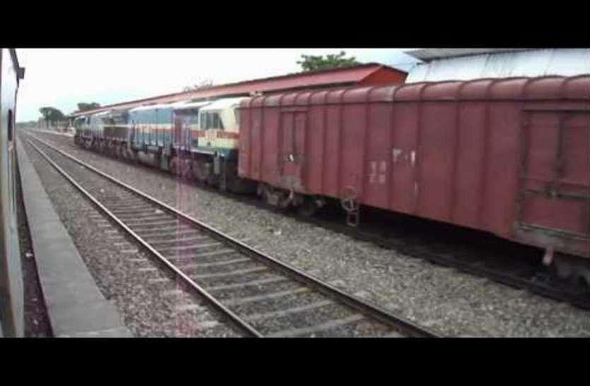 बारिश से दबा रेल ट्रैक, दुर्घटनाग्रस्त होने से बची मालगाड़ी