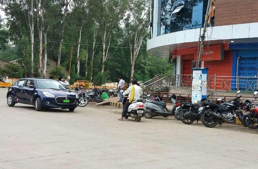 बैंकों में पार्किंग व्यवस्था नहीं, बिगड़ जाती है बैंकों के सामने यातायात व्यवस्था
