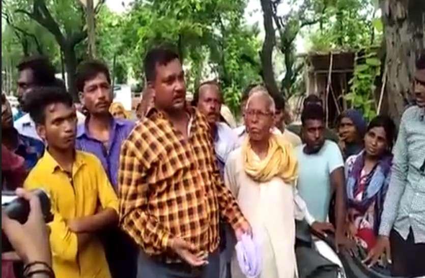 शराब के नशे में ग्रामीणों को पीटने का आरोप, पीड़ित ग्रामीणों ने SP दफ्तर का किया इंसाफ के लिए घेराव