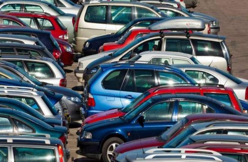 इस स्मार्ट तरीके से जानिए भीड़-भाड़ वाली जगह में कैसे पार्क करते हैं कार