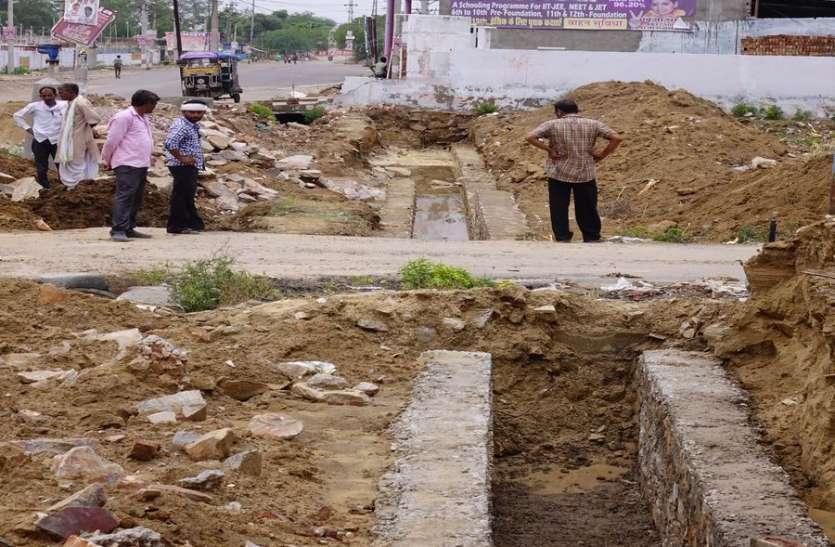 गौरव पथ पर नाला निर्माण में कर रहे मनमर्जी