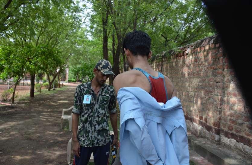 परीक्षा केंद्र के बाहर परीक्षार्थियों ने उतारे कपड़े, जानिए क्यों