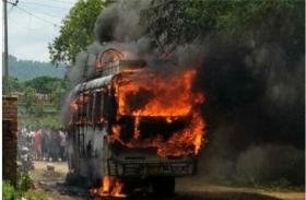 चलती बस में अचानक लगी आग, एक की मौत, छह घायल