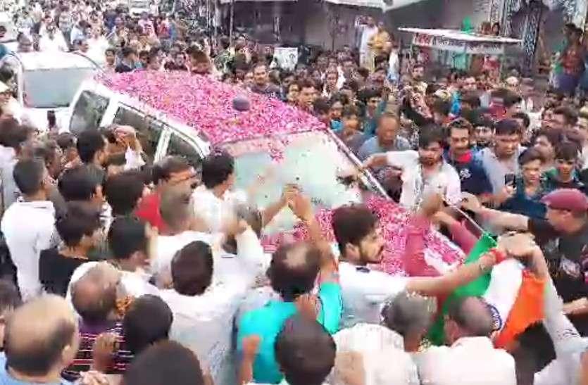शहीद मुकुट बिहारी की अंतिम विदाई में उमड़े हजाराें लोग, नम थी हर किसी की आंखें