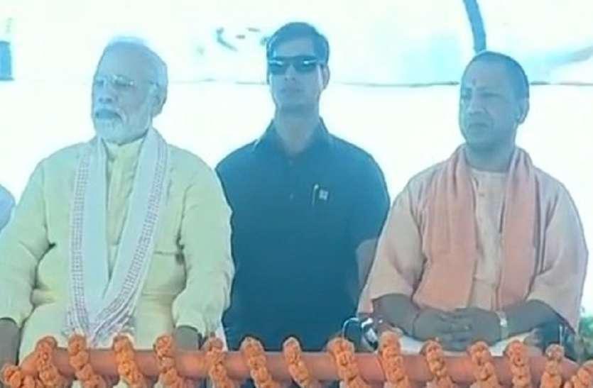 Narendra Modi Azamgarh Rally Live: आजमगढ़ पहुंचे प्रधानमंत्री नरेन्द्र मोदी, भीड़ देख हुए गदगद, पूर्वांचल एक्सप्रेसवे का करेंगे शिलान्यास