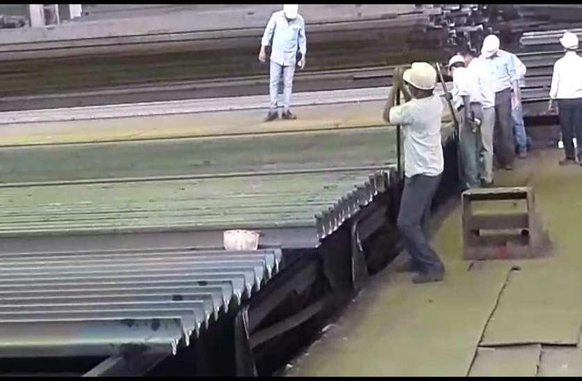 बीएसपी कर्मचारियों का जज्बा, हाथ से पलटा रहे 1560 किलो वजनी रेलपांत