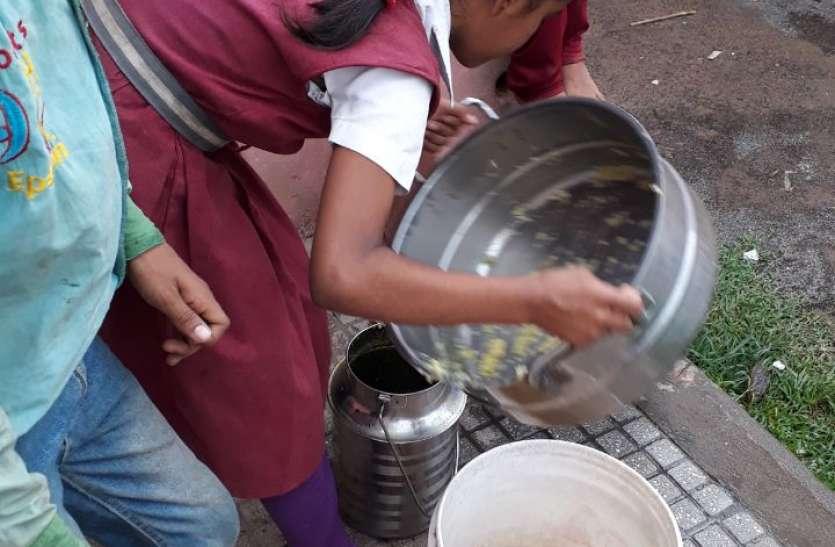 Mid-day meal arrangements :  कश्मिरी मिर्च डाल कर नौनिहालों की थाली में मध्याह्न भोजन दे रहा सेंट्रल किचेन संचालक