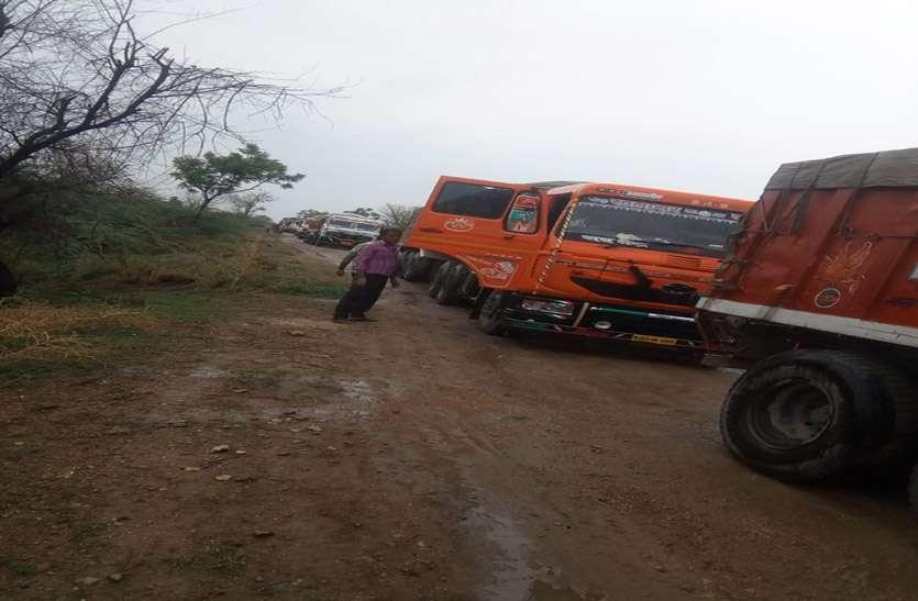 प्रशासन व खनिज विभाग की टीम ने बनास की बजरी से भरे डेढ़ दर्जन वाहन पकड़े