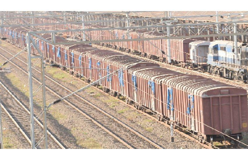 INDIAN RALWAY : जानें क्यों घंटों देरी से चल रही हैं ट्रेनें?