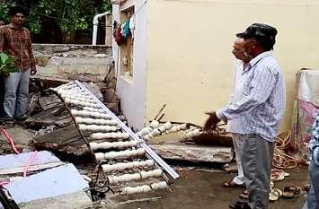 यूं बारिश बनी काल,बालकनी गिरने से दबी महिला