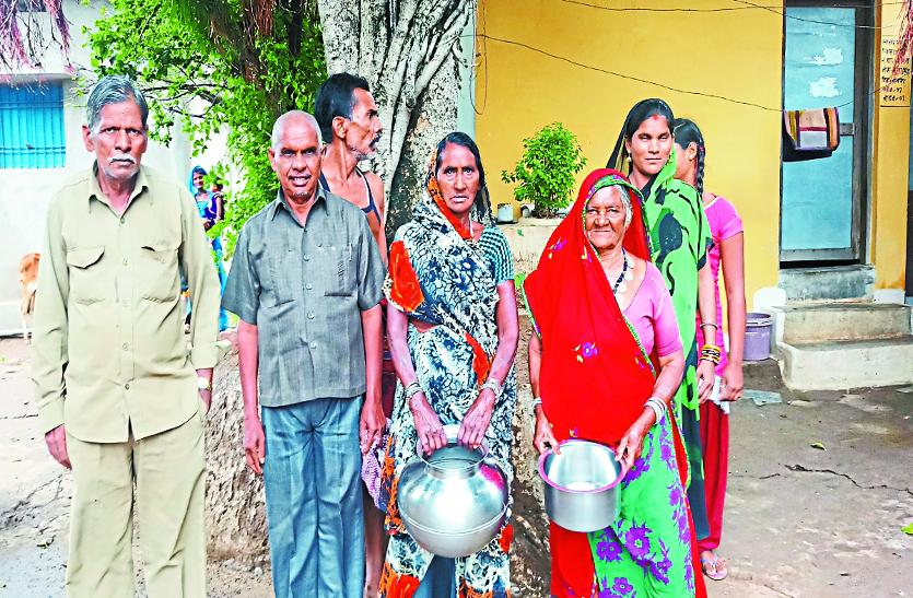 कलक्टर साहब जरा यहां देखिए, बासी पानी पीने के लिए मजबूर हैं 24 गांव के ग्रामीण