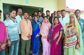 शपथग्रहण समारोह में चाय-पानी नहीं मिलने से नाराज हुए कांग्रेसी, पार्षद ने लौटा दिया शॉल व श्रीफल