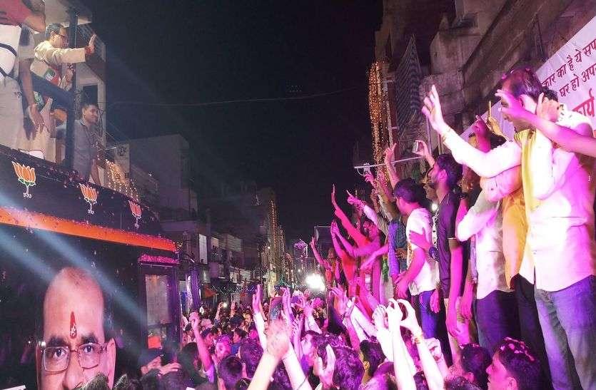 भाजपा के सर्वे को भीड़ ने दी चुनौती, माहौल भांपकर मुख्यमंत्री ने इस विधायक को दे दिया आशीर्वाद