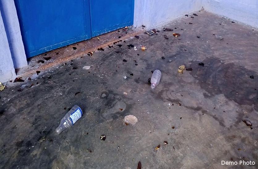 शिक्षा के मंदिर में लिख दी गालियां, शराब की बोतल तोड़कर बिखेर दिए कांच के टुकड़े