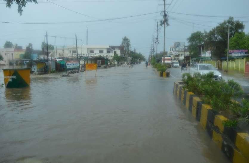 कई स्थानों पर जबरदस्त बारिश, जलभराव देख लोग कह रहे.. बाढ़ आई